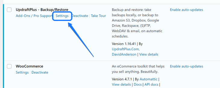 Pointing at the Setting button below the UpdraftPlus plugin's title in WordPress